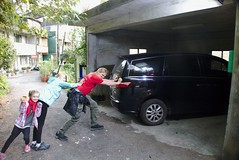 Tajwański Luxgen ledwo mieścił sie na parkingac