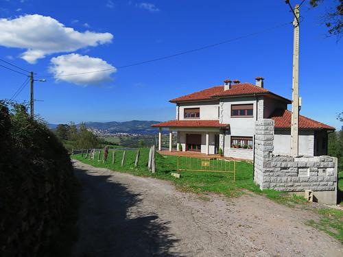 20190930 24 463 Salvator Berge Wald Hochhäuser Haus Oviedo