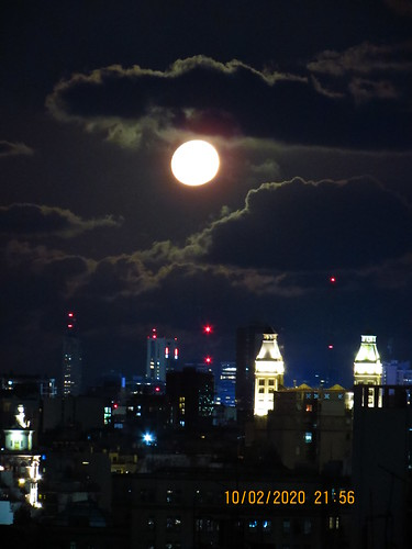 Luna sobre Buenos Aires