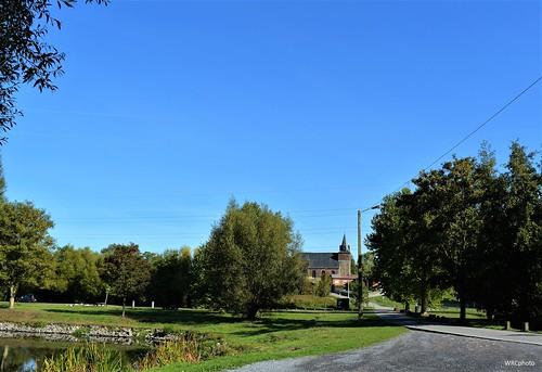 L'église saint-Martin près des étangs communaux à Strépy, Belgique.