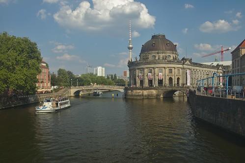 2018-08-04 DE Berlin-Mitte, Spree, Bode-Museum, Monbijoubrücke, Berliner Fernsehturm, Capt. Morgan 05110290