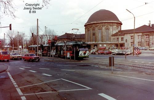 DE-50679 Köln-Deutz Deutzer Bahnhof KVB-Straßenbahnhaltestelle  Linie 1 nach Bensberg mit DÜWAG Triebwagen im März 1983