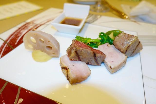 Photo:石川県の黒毛和牛と能登牛ロース肉のグリルと能登豚のローストを食べくらべ加賀野菜を取り入れてサッパリとした和風ソース By yuki_alm_misa