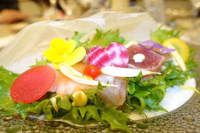 Photo:新鮮な魚介類と可愛らしい野菜をブーケ仕立てに赤い宝石ルビーロマンのビネグレットソース〜大切なゲストへ感謝の気持ちを込めて〜 By yuki_alm_misa