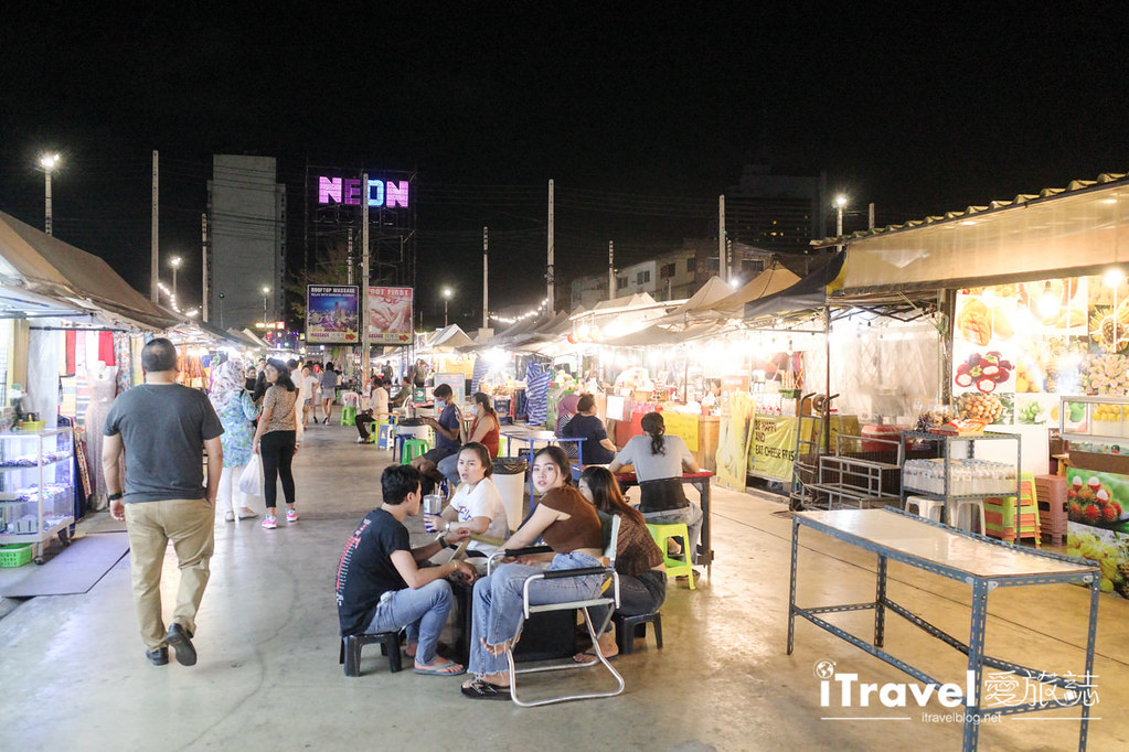城中霓虹夜市Talad Neon Downtown Night Market (14)