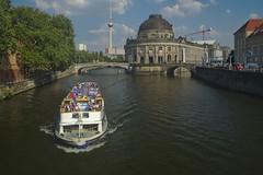 2018-08-04 DE Berlin-Mitte, Spree, Bode-Museum, Monbijoubrücke, Berliner Fernsehturm, Schöneberg