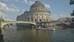 2018-08-04 DE Berlin-Mitte, Spree, Bode-Museum, Monbijoubrücke, Berliner Fernsehturm, Oranje Nassau 05611860