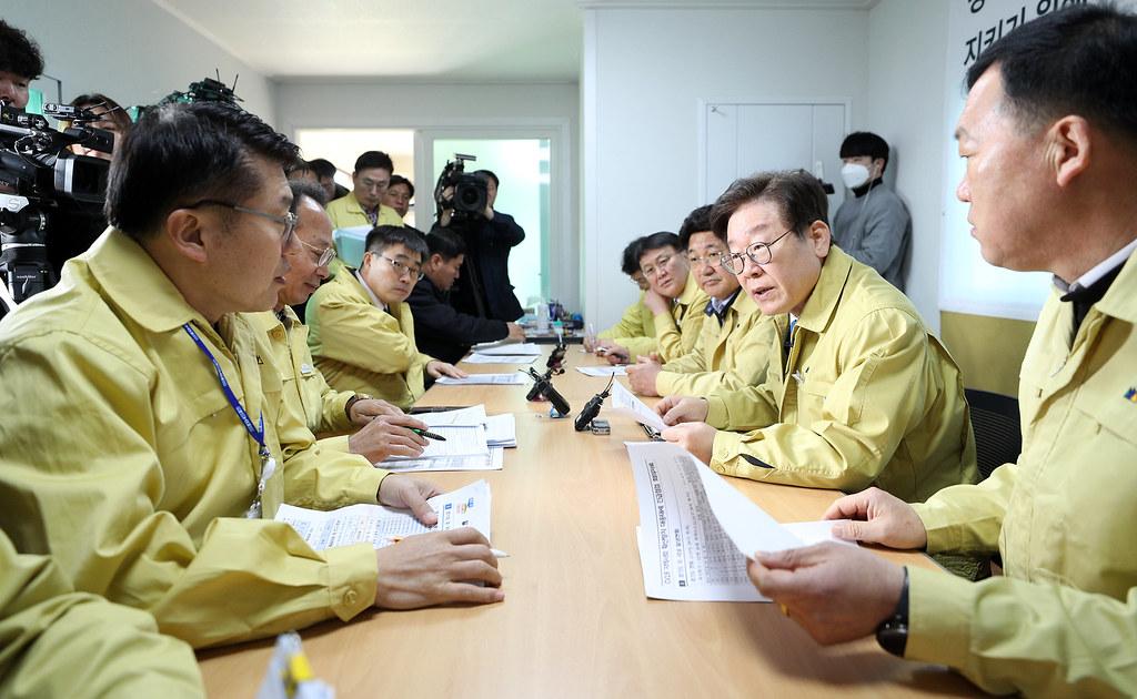 이재명 경기도지사가 19일 12시 이천시 이황1리 마을회관에서 열린 코로나19 지역사회 확산방지 대응태세 긴급점검회의를 주재하고 있다.
