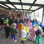 Carnaval, samen dansen op de speelplaats