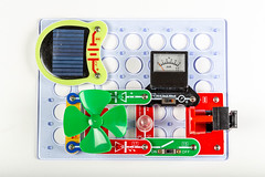 Designer for studying electricity generation with a solar panel and a voltmeter