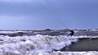 ..Hij geniet van windkracht 7 ..Strand van Petten..