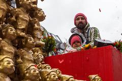 Mann und Kind in roter Mütze auf dem Wagen von Zugleiter Holger Kirsch beim Rosenmontagsumzug in Köln