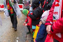 Zuschauer sammeln Kamellen (Süßigkeiten) beim Rosenmontagsumzug in Köln