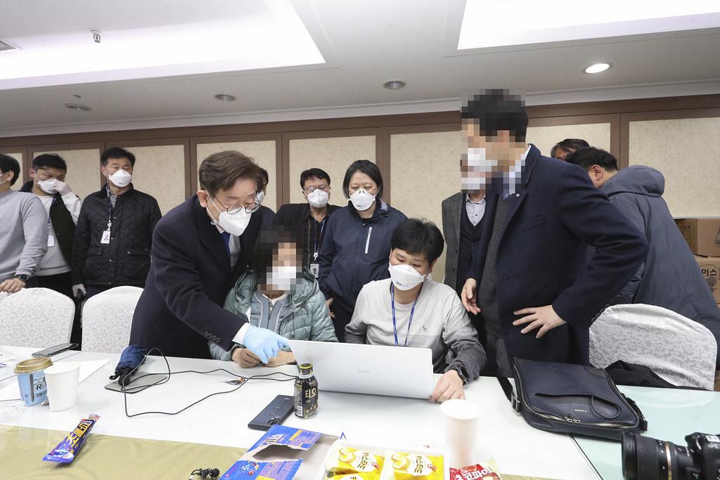 25일 오후 이재명 경기도지사가 코로나19 역학조사를 진행하고 있는 과천 신천지예수교회 부속기관를 찾아 현장 지휘를 하고 있다.