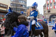 Ein Reiter von der Reitergruppe der Blauen Funken (unter den ältesten Karnevalsgesellschaften in Köln) im traditionellen blau-weißen Kostüm