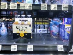 Fast leere Regale im Supermarkt wegen Coronavirus. Auch der Bierkonsum ging zurück