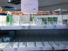 Leere Regale in dm-Filiale in Köln wegen Coronavirus