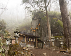 "Ishiwari Jinja (""Cleft Rock Shrine"")"