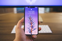 Person holds space gray iphone x - Credit to https://homegets.com/