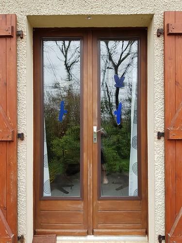 Porte-fenêtre avec vitrophanies pour éviter queles oiseaux ne viennent s'assommer. Pour le thème de mars