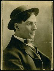 Profile of the painter Tom Thomson wearing a hat / Profil du peintre Tom Thomson coiffé d'un chapeau