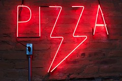 Pizza neon light  - Credit to https://homegets.com/