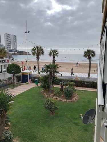 Fabulosas vistas al mar, situado en primera línea de playa de Levante.  Solicite más información a su inmobiliaria de confianza en Benidorm  www.inmobiliariabenidorm.com
