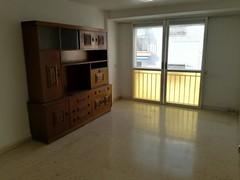 Amplio salón comedor, muy soleado y luminoso. Solicite más información a su inmobiliaria de confianza en Benidorm  www.inmobiliariabenidorm.com