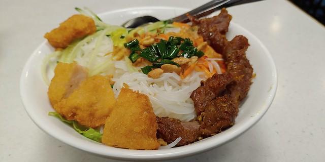 Grilled Beef and Deep Fried Shrimp Cake Vermicelli 燒牛肉蝦餅撈檬 #Vietnamvermicelli #vietnamesefood #越南撈檬 #越南美食