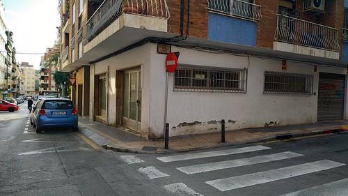 Local comercial en pleno centro de unos 60 m2 aproximados. Solicite más información a su inmobiliaria de confianza en Benidorm  www.inmobiliariabenidorm.com