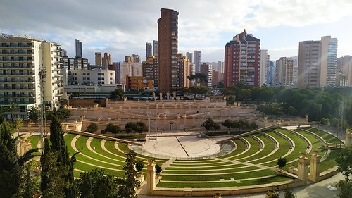 Fabulosas vistas al parque de l´Aigüera. Muy soleado. Solicite más información a su inmobiliaria de confianza en Benidorm  www.inmobiliariabenidorm.com