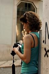 25 de Abril 2010 - Woman photographer evaluating her photos quality