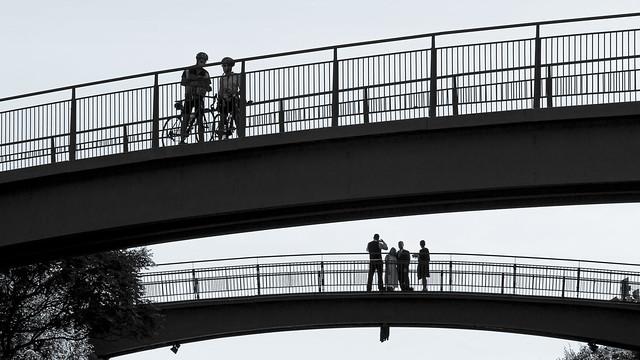 Les passants sur le pont