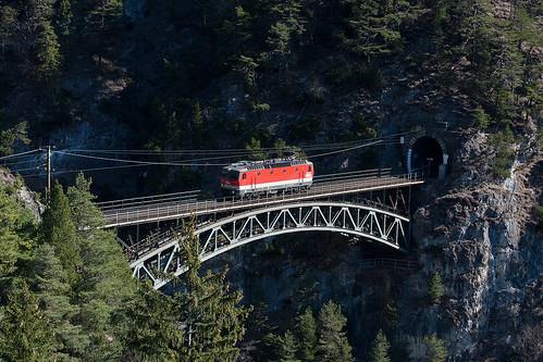 1144 234 auf der Schlossbachbrücke, VG 75440 ohne Last
