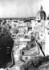 Procida (NA), 1963, Salita Castello, vista sulla Corricella.