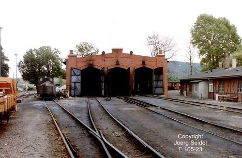 DE-06507 Gernrode (Harz) Bahnhof Deutsche Reichsbahn Selketalbahn Lokschuppen  im Juli 1991