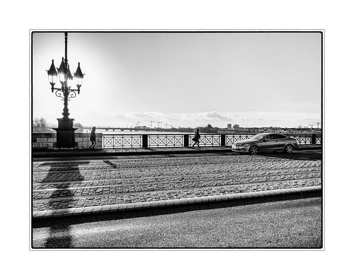 passants, sur le pont de Pierre