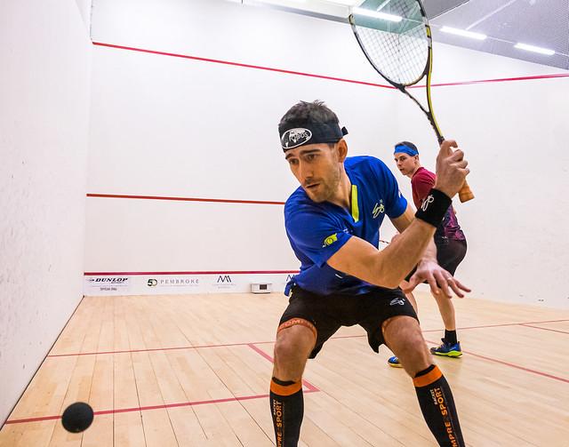 Championnat international de squash et le bleu gagne
