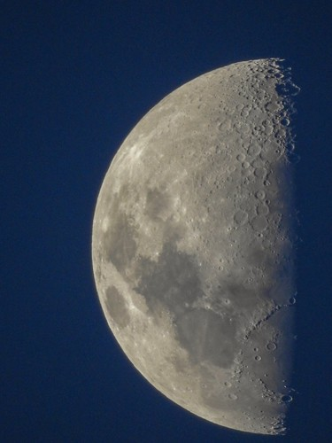 Meia lua inteira... #moon #lua #quartocrescente