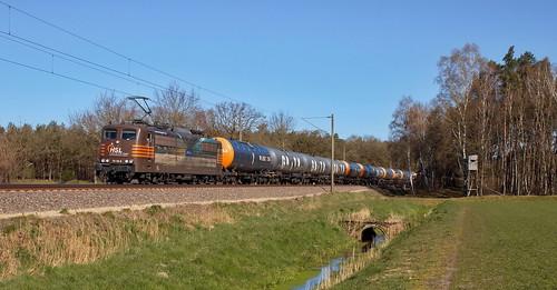 HSL 151 145 mit Kesselwagenzug aus Holthausen, bei Bernte.(DE)