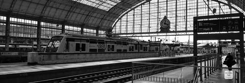 @phone - Une rame MI 2N (Z 1537/1538) parisenne en gare de Bordeaux ! The locomotive BB 7363 leads a parisian suburban electric motor unit (MI 2N - Z 1537/1538) passing through bordeaux railway station. Rare moment.