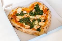 Pizza mit Spinat, Lachs und Knoblauch