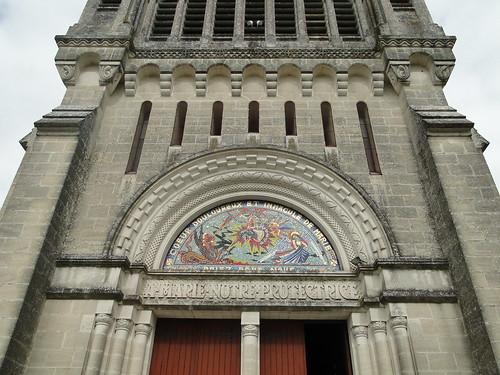 Lot-et-Garonne. Penne-d'Agenais. Sanctuaire marial N-Dame  de Peyragude. Façade. Tympan du portail d'entrée