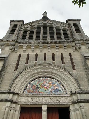Lot-et-Garonne. Penne-d'Agenais. Sanctuaire marial N-Dame  de Peyragude. Façade. Tympan et clocher