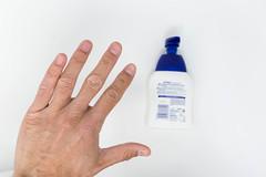 Nahaufnahme von einer Hand mit Flüssigseife im Hintergrund