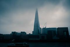 Edificios entre la niebla
