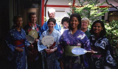 20010815_015 girls in kimonos