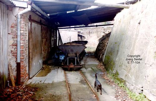 DE-08359 Breitenbrunn-Carolathal (Erzgebirge) VEB Pappenfabrik 700 mm spurige Feldbahn Kipploren mit Katze  im April 1991
