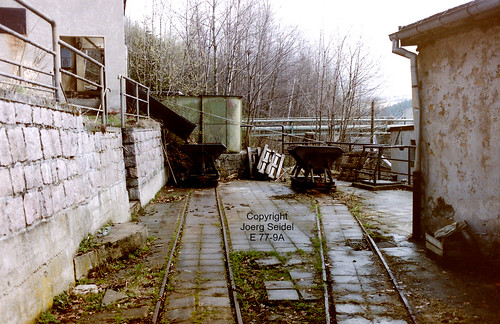 DE-08359 Breitenbrunn-Carolathal (Erzgebirge) VEB Pappenfabrik 700 mm spurige Feldbahn Kipploren im April 1991