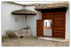 En Esquivias (Toledo).  Portón y patio de un caserón manchego